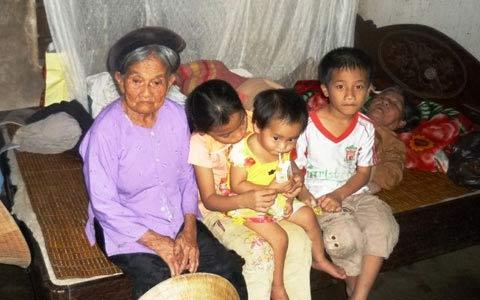 Bố mẹ cùng chết đuối: Xót lòng 3 con trẻ - 2