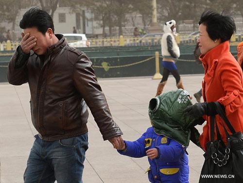 Chùm ảnh: Bão cát, khói bụi tấn công Bắc Kinh - 10