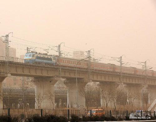 Chùm ảnh: Bão cát, khói bụi tấn công Bắc Kinh - 11