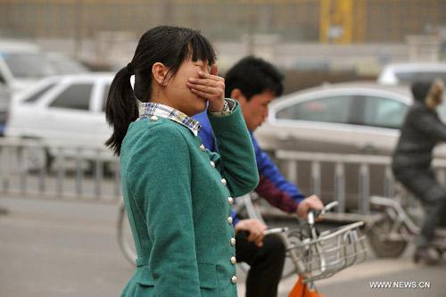 Chùm ảnh: Bão cát, khói bụi tấn công Bắc Kinh - 13
