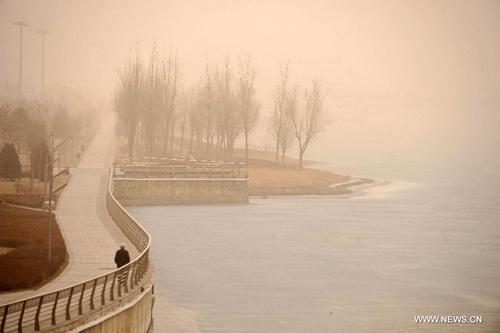 Chùm ảnh: Bão cát, khói bụi tấn công Bắc Kinh - 14