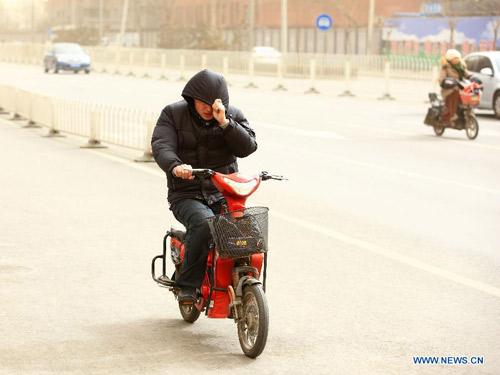 Chùm ảnh: Bão cát, khói bụi tấn công Bắc Kinh - 7