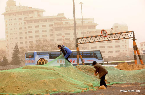 Chùm ảnh: Bão cát, khói bụi tấn công Bắc Kinh - 9