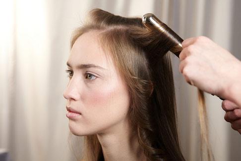 6 bước tạo kiểu tóc xoăn lãng mạn - 2