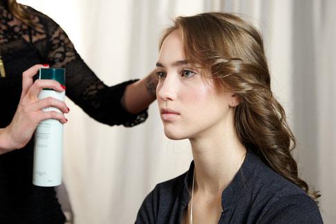6 bước tạo kiểu tóc xoăn lãng mạn - 4