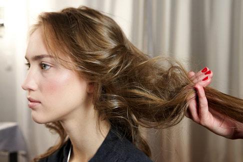 6 bước tạo kiểu tóc xoăn lãng mạn - 3