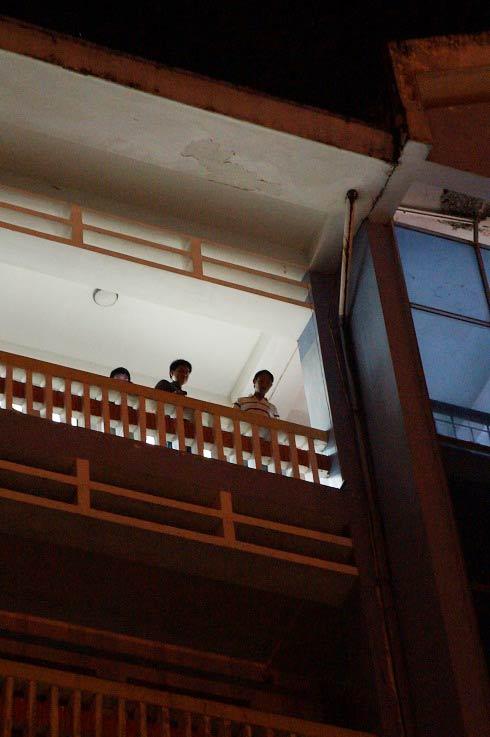 Nhảy lầu tự tử, nữ sinh viên chết tại chỗ - 1