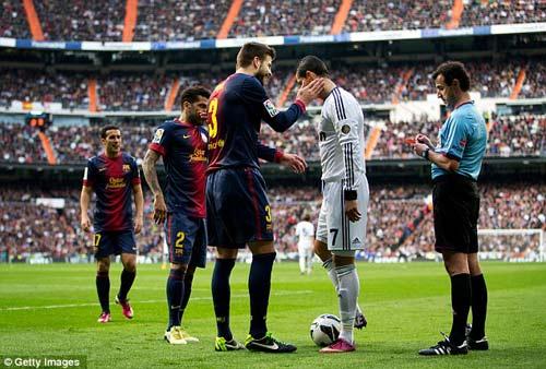 """Ronaldo """"hành hạ"""" hàng thủ Barca - 1"""