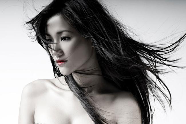 Cô thành danh ban đầu trên sàn catwalk, sau đó được sự hỗ trợ của nhạc sỹ Hà Dũng nên nhanh chóng nổi tiếng trong giới showbiz.