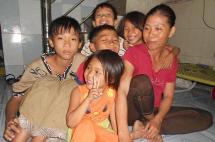 Gia đình sống bằng nghề... nhặt đinh - 2