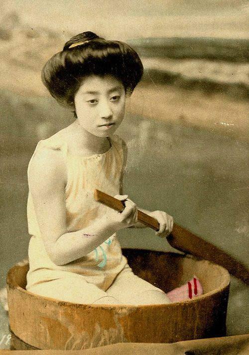 Lạ lẫm ngắm nàng geisha xưa mặc áo tắm - 8