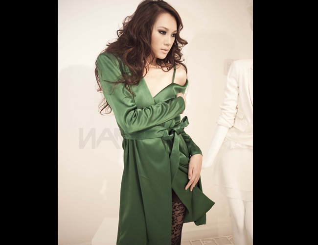 Đạt giải Vàng siêu mẫu năm 2010, lọt vào Top 10 Siêu mẫu Thế giới, Ngọc  Thạch là một trong số rất ít người đẹp trong giới showbiz không vướng  vào thị phi và scandal.