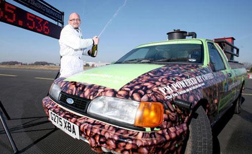 Lập kỷ lục xe chạy bằng bã cafe - 1