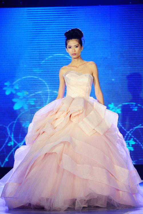 Hà Đăng lộng lẫy trong váy cưới mùa mới - 4