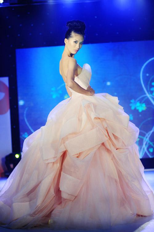 Hà Đăng lộng lẫy trong váy cưới mùa mới - 5