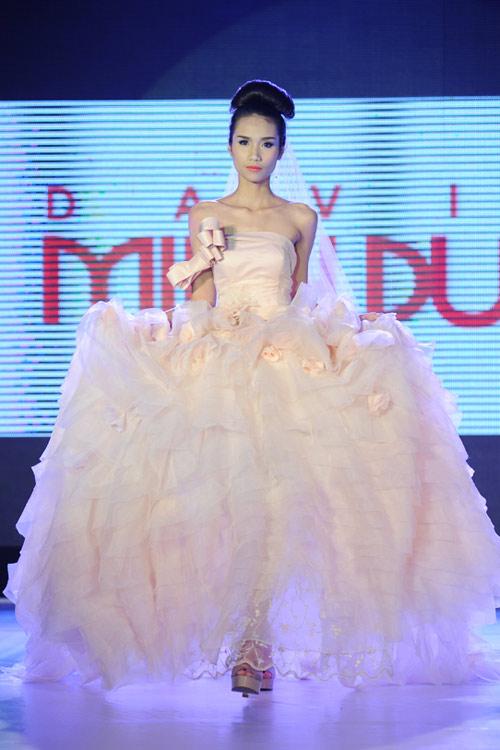 Hà Đăng lộng lẫy trong váy cưới mùa mới - 14