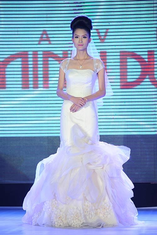 Hà Đăng lộng lẫy trong váy cưới mùa mới - 15