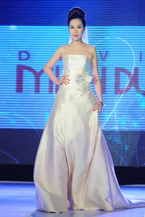 Hà Đăng lộng lẫy trong váy cưới mùa mới - 8