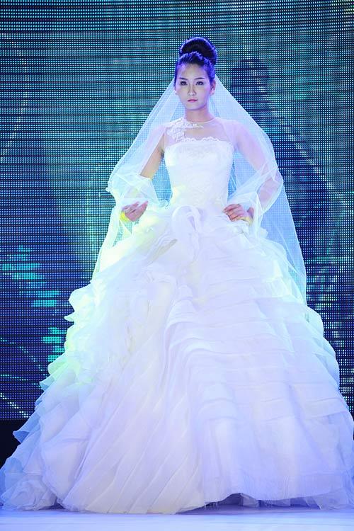 Hà Đăng lộng lẫy trong váy cưới mùa mới - 9