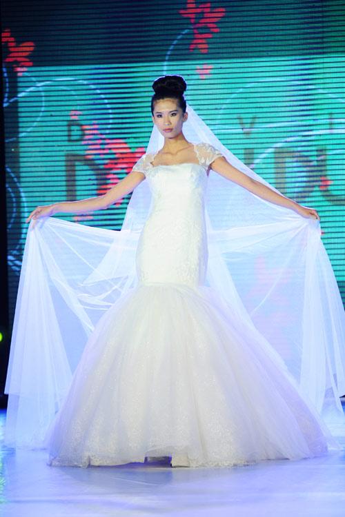 Hà Đăng lộng lẫy trong váy cưới mùa mới - 1