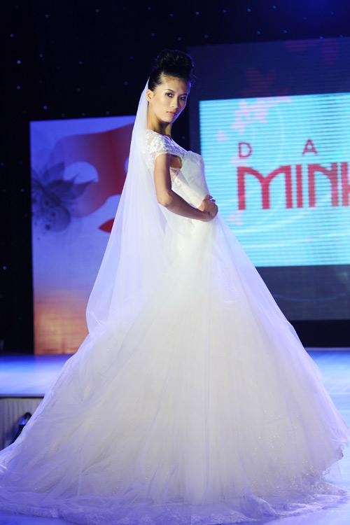 Hà Đăng lộng lẫy trong váy cưới mùa mới - 3