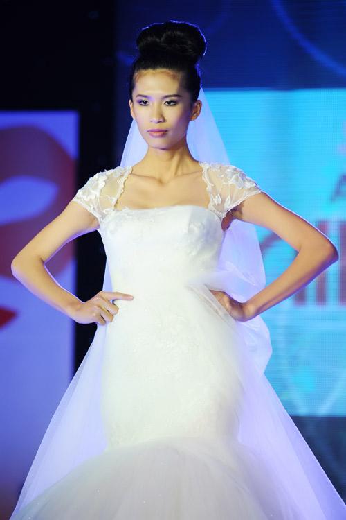Hà Đăng lộng lẫy trong váy cưới mùa mới - 2