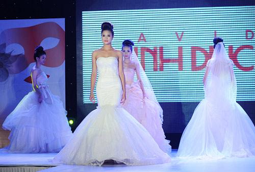 Hà Đăng lộng lẫy trong váy cưới mùa mới - 11