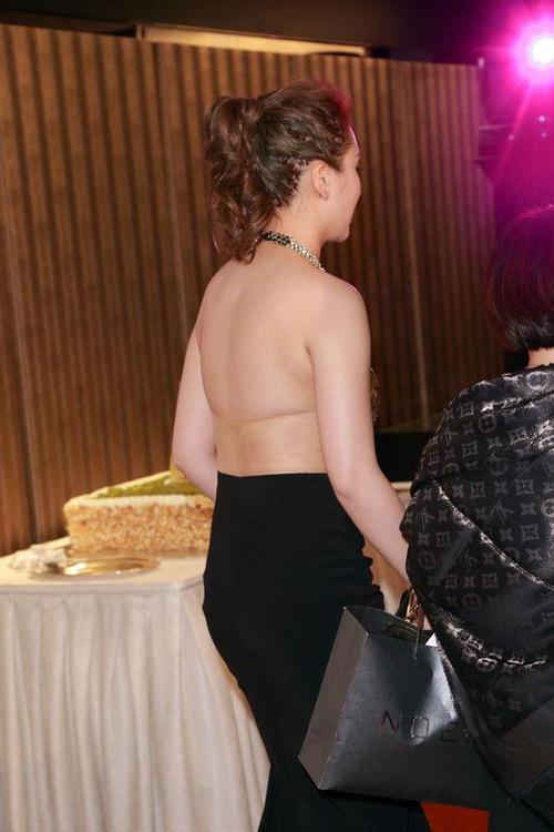 Con gái tỷ phú khoe lưng nuột với áo yếm - 2