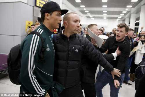 Fan MU nồng nhiệt chào đón Ronaldo - 2