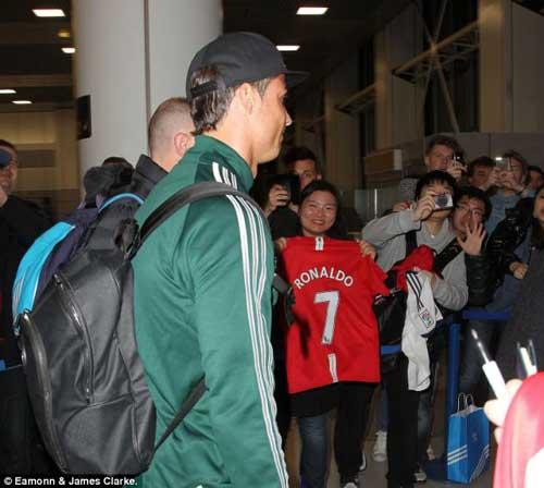 Fan MU nồng nhiệt chào đón Ronaldo - 3
