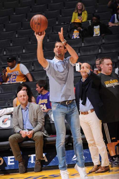 Djokovic ngẫu hứng chơi bóng rổ - 4