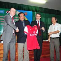 Arsenal sẽ mang đội hình 1 sang Việt Nam