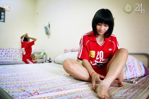 Bóng hồng vất vả nghiệp bóng đá - 2