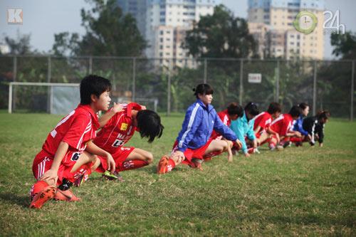 Bóng hồng vất vả nghiệp bóng đá - 8