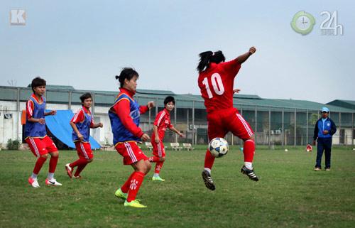 Bóng hồng vất vả nghiệp bóng đá - 12