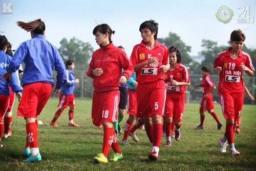 Bóng hồng vất vả nghiệp bóng đá - 9