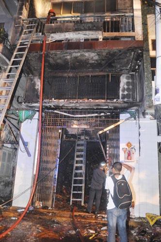3 người chết cháy trong căn nhà bị khóa trái - 12