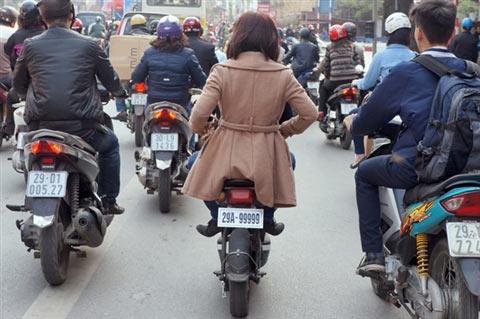 Phạt người đi xe đạp điện không đội MBH - 1