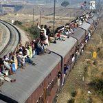 """Tin tức trong ngày - Hãi hùng """"phong cách"""" đi tàu hỏa ở Ấn Độ"""