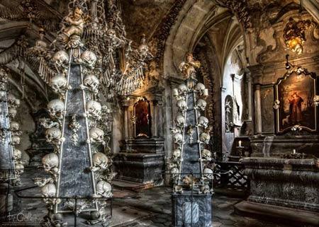 'Lạnh gáy' thăm nhà thờ làm từ xương người - 1