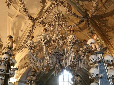 'Lạnh gáy' thăm nhà thờ làm từ xương người - 2