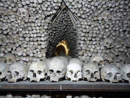 'Lạnh gáy' thăm nhà thờ làm từ xương người - 3