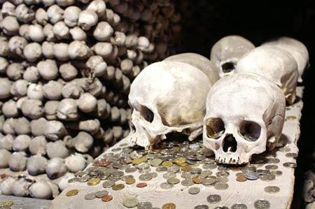 'Lạnh gáy' thăm nhà thờ làm từ xương người - 4