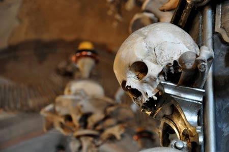 'Lạnh gáy' thăm nhà thờ làm từ xương người - 5
