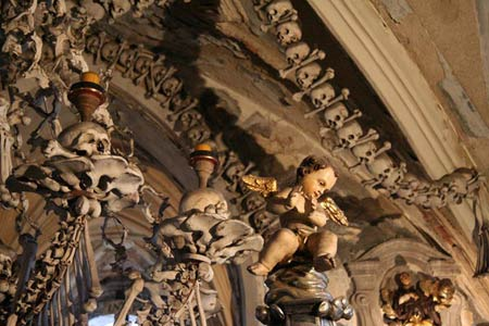 'Lạnh gáy' thăm nhà thờ làm từ xương người - 11
