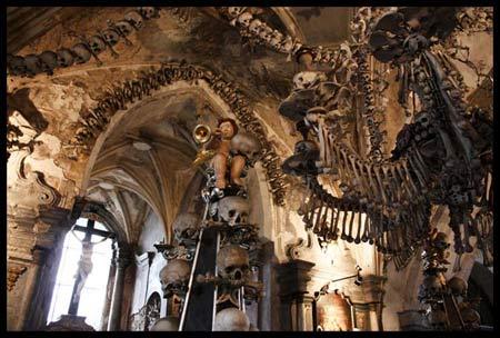 'Lạnh gáy' thăm nhà thờ làm từ xương người - 8