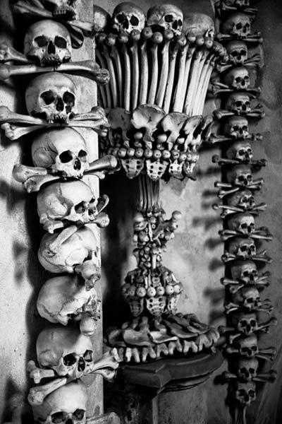 'Lạnh gáy' thăm nhà thờ làm từ xương người - 9