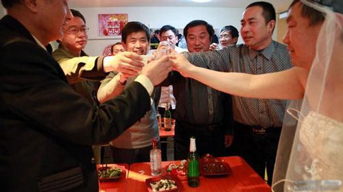 """3 đám cưới đồng tính gây """"náo loạn"""" Trung Quốc - 3"""