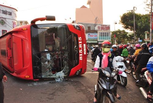 Xe khách tông nhau, hơn 10 người thoát chết - 2