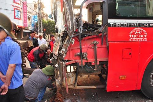 Xe khách tông nhau, hơn 10 người thoát chết - 3